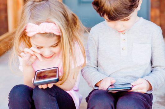 Egészségtelen ételek reklámjaival bombázzák a gyerekeket