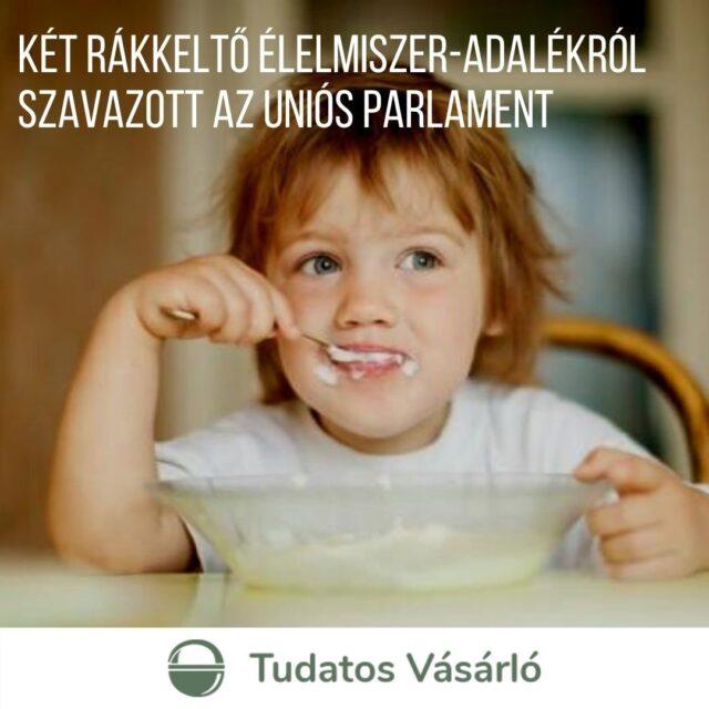 Az Európai Parlament két, élelmiszerekben is megtalálható veszélyes anyagról szavazott.  👉 A titán-dioxidot (E1⃣7⃣1⃣) fehér színezőanyagként használják szinte mindenben, így az élelmiszerekben is.  🍡🍬🍭🍦 Az élelmiszerek közül jellemzően a #gyerekek körében különösen népszerű édesipari termékekben –  #cukorka, #fagyi, #csokoládé, rágógumi – alkalmazzák fehérítő hatása miatt. Használják az élelmiszer- és a kozmetikai ipar mellett a festékgyártásban, a műanyag-előállításban és a papíriparban is. 👉 Az akrilamid a magas hőmérsékleten (120°C felett), alacsony nedvességtartalom mellett készült magas szénhidráttartalmú élelmiszerekben van jelen. 🍞🍪☕️🥔 Ilyen élelmiszer például a #sültkrumpli, a #kávé, a #keksz és a #kenyér.  Sajnos a két anyagot nem tiltották be, de némi előrelépés történt. A részleteket megtalálod a tudatosvasarlo.hu Konyha rovatában.   >>> Link a bioban!  #tudatosvásárló #tudatosvasarlo #fogyasztóvédelem #konyha #rákkeltő #tudatostáplálkozás #tudatos #egészségeséletmód #tudatosszülő #mik_gasztro_fitt